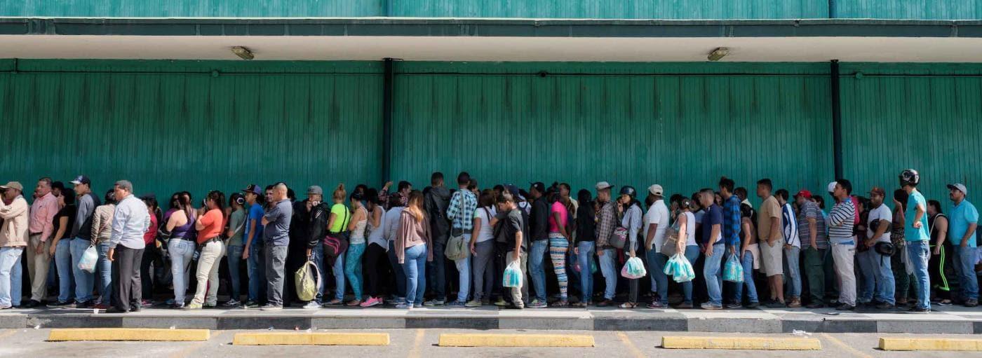 People waiting in line in Venezuela. Photo © Gabriel Osorio.
